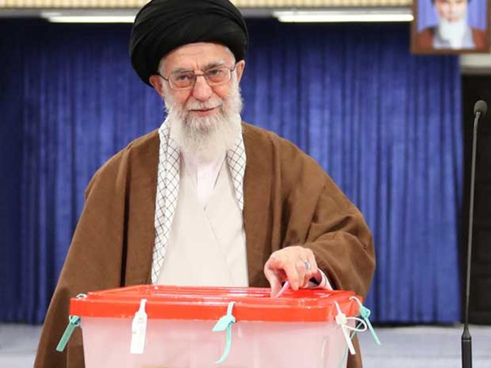 Líder supremo do Irã, o aiatolá Ali Khamenei, vota durante eleições presidenciais (Foto: Site do líder supremo do Irã / via AFP Photo)