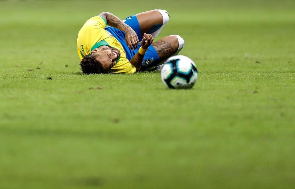 Neymar no chão: jogador foi aos prantos após lesão contra o Catar — Foto: Antonio Lacerda/EFE