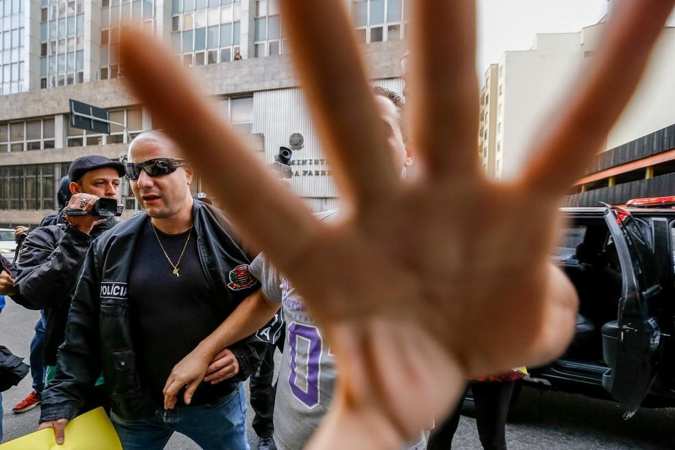 Suspeitos são levados por policiais durante operação contra pornografia infantil em São Paulo; operação ocorre simultâneamente em todo país (Foto: Suamy Beydoun/Agif/Estadão Conteúdo)