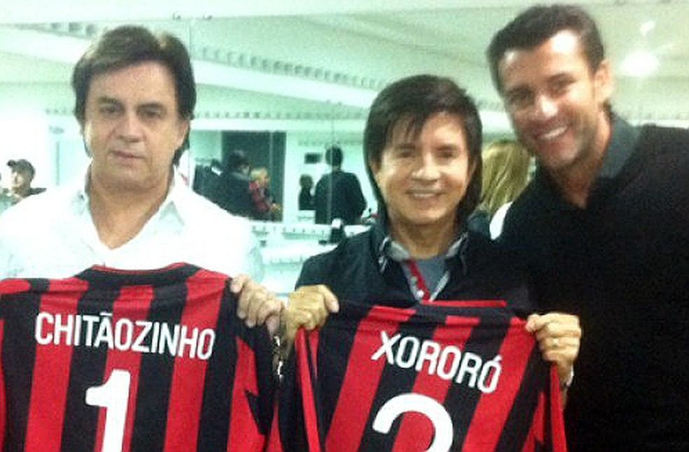 """Valentim já presenteou a dupla """"Chitãozinho & Xororó"""" com camisas do Atlético-PR (Foto: Divulgação)"""