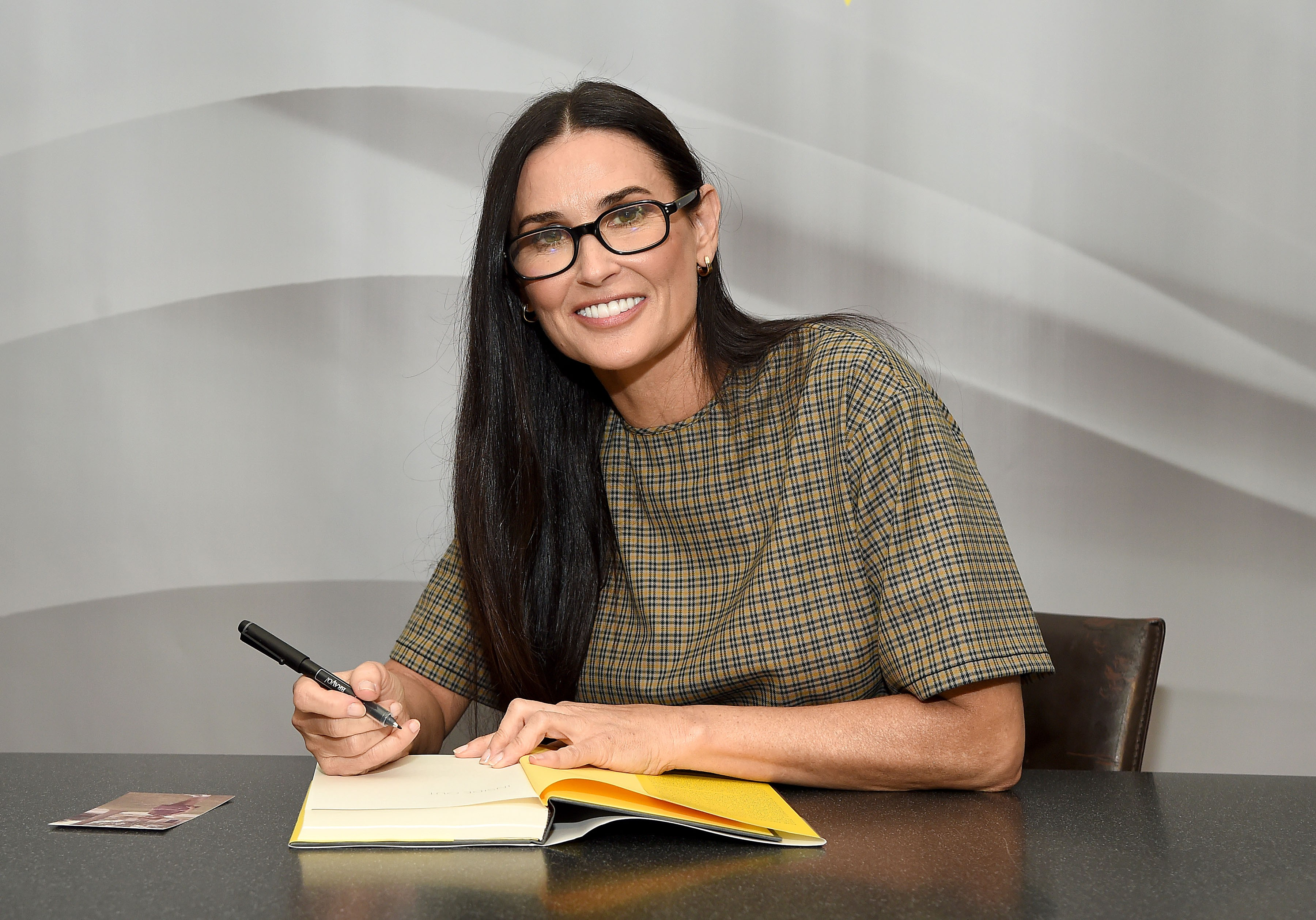 Demi Moore assinando sua nova autobiografia, Inside Out (Foto: Getty Images)