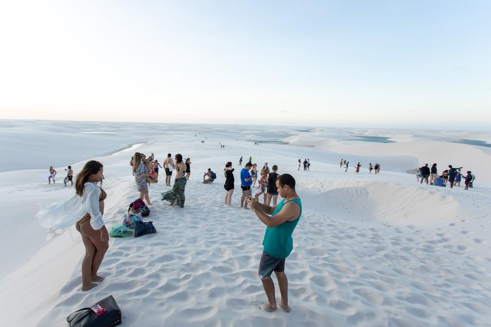 Do alto das dunas, turistas aproveitam para registrar a viagem — Foto: Celso Tavares/G1