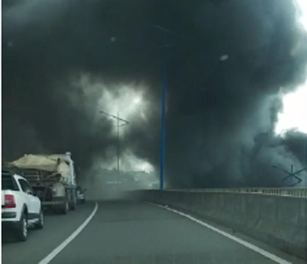 Ônibus pega fogo na Rótula do Abacaxi e fumaça atrapalha visão de motoristas que passam pela Via Expressa, em Salvador — Foto: Tiago Reis/ TV Bahia