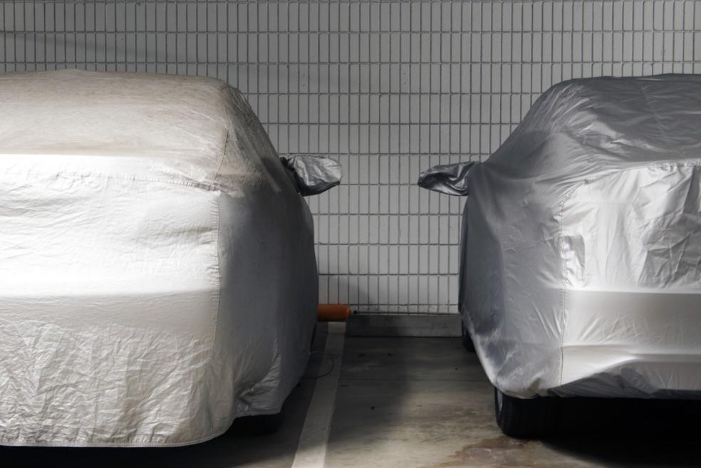 Capa automotiva pode ser boa solução, mas é preciso limpar o carro antes de cobri-lo — Foto: Getty Images