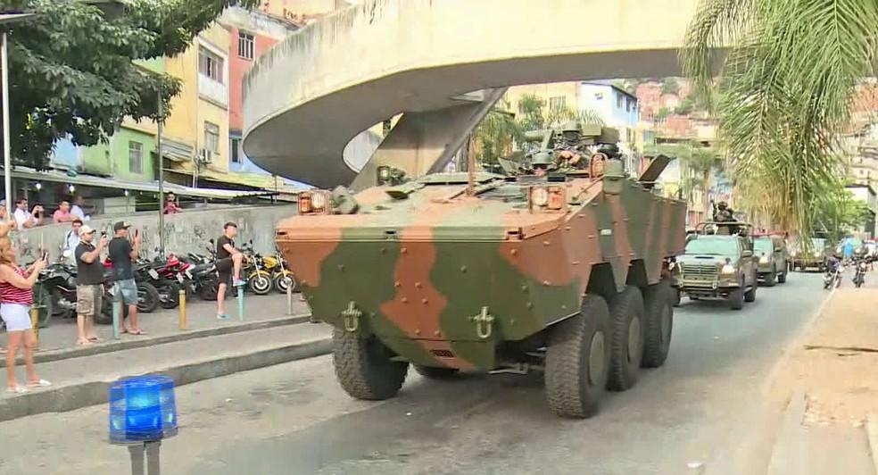 Blindado das Forças Armadas chega à Rocinha (Foto: Reprodução/TV Globo)