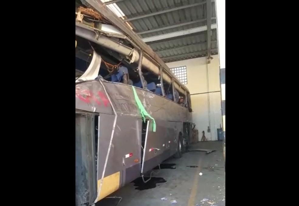 Imagens mostram como ficou ônibus após acidente com van e caminhão que transportava eucalipto na BR-101 — Foto: Reprodução/Redes Sociais