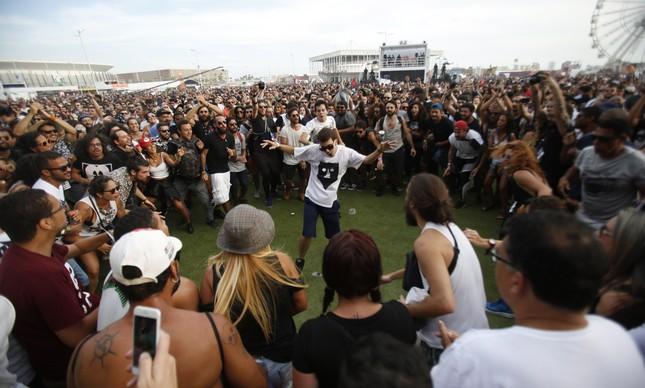 Show do Baiana System no Rock in Rio de 2017: O sujeito no meio da roda pratica distanciamento social