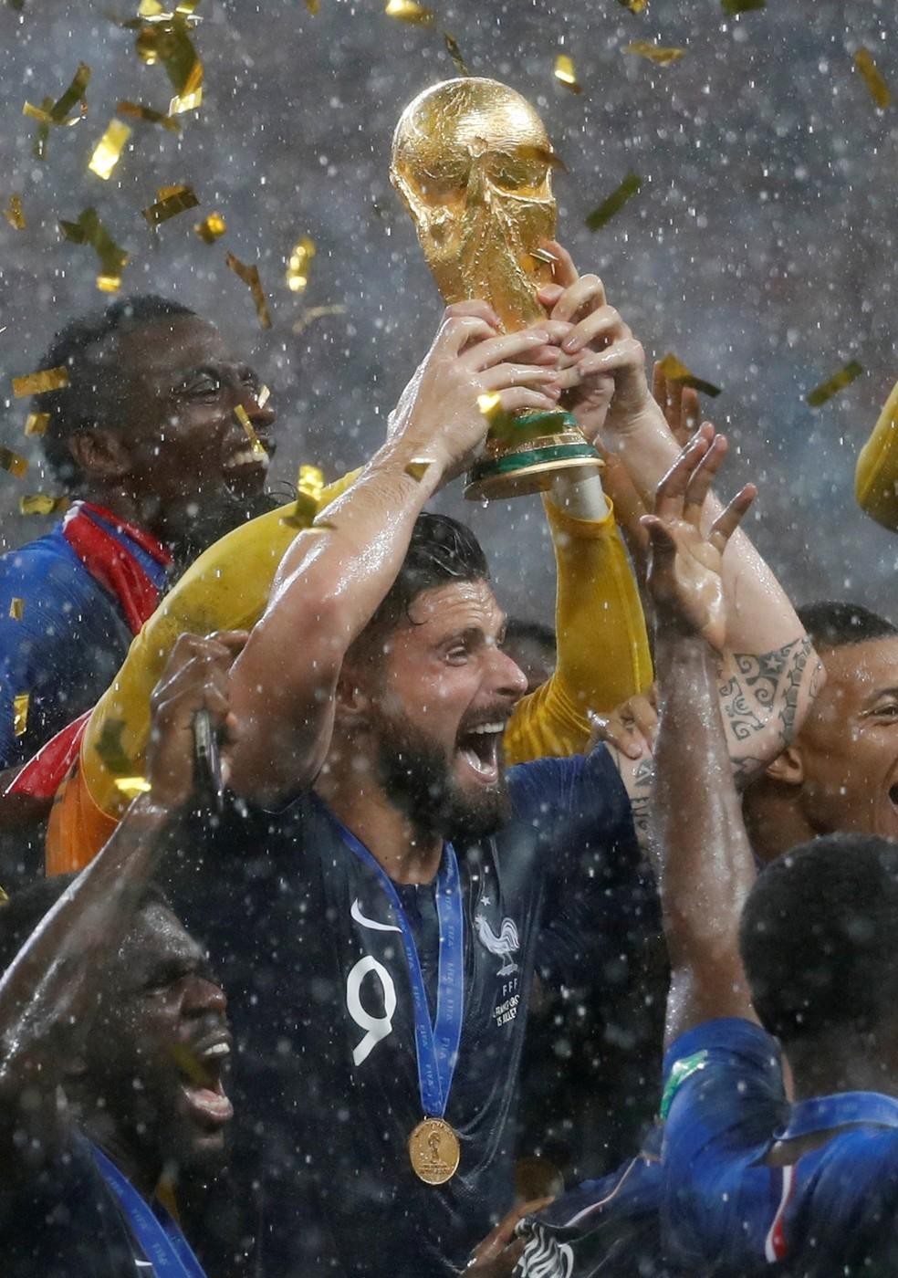 Giroud com a medalha e a taça de campeão do mundo — Foto: Reuters