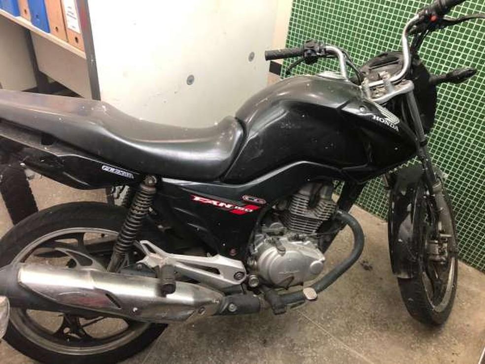 Motocicleta foi recuperada cerca de 20 minutos depois de ter sido levada de um estacionamento de supermercado na Grande Fortaleza — Foto: Polícia Civil