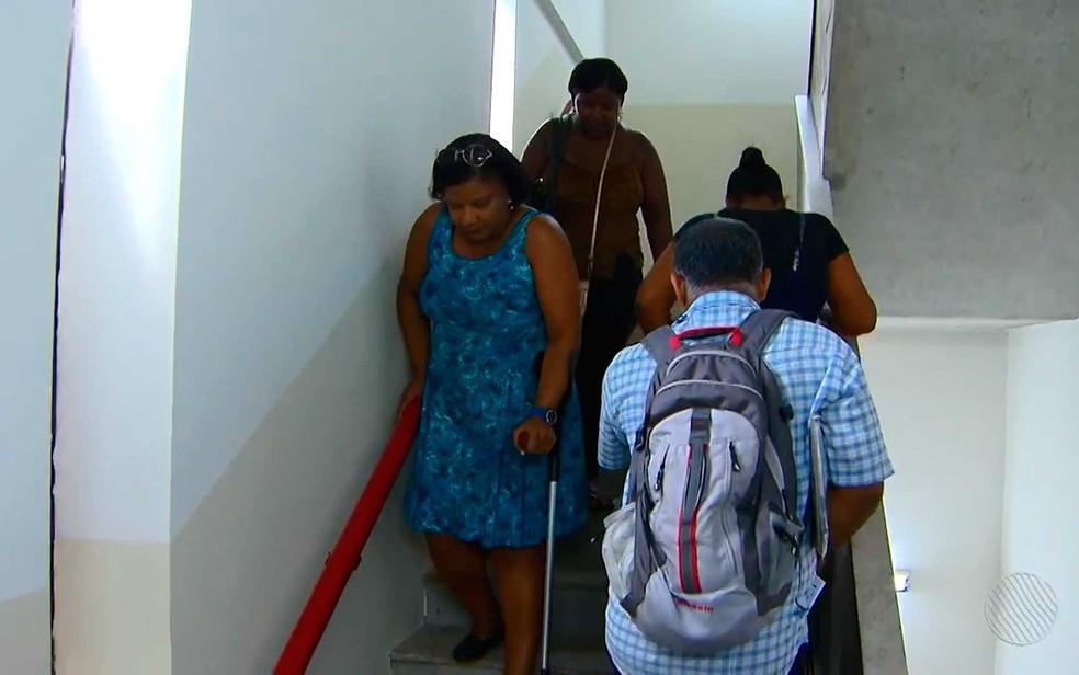 De moletas, Cláudia Oliveira, subiu quatro andares de escada para fazer perícia na Junta Médica do Estado da Bahia, em Salvador (Foto: Reprodução/TV Bahia)