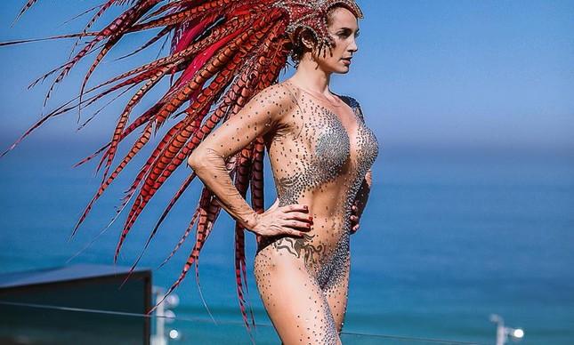 Samantha é londrina e desfila há cinco anos no Rio