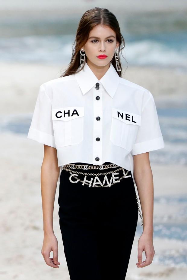 Kaia Gerber em entrada no desfile da Chanel (Foto: WWD/Shutterstock)