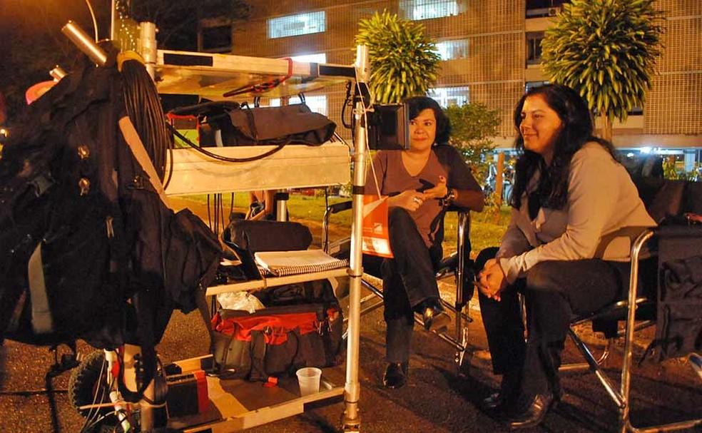 Carmem Teresa Manfredini (E), irmã de Renato Russo, em visita a set de filmagem — Foto: Hugo Santarém/Divulgação