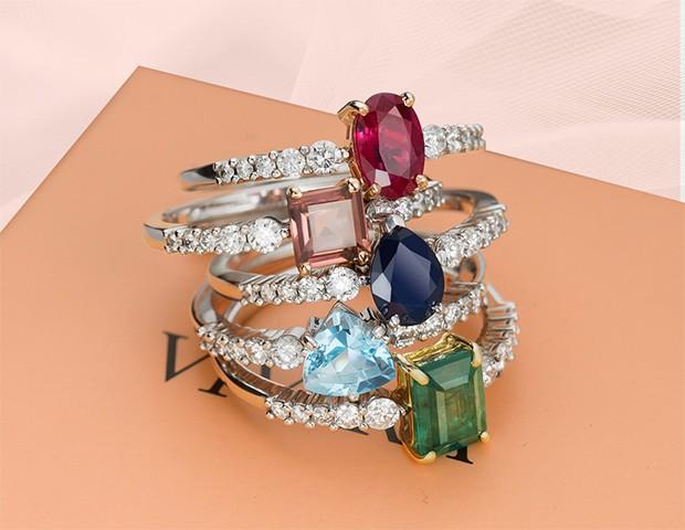 Pedras coloridas serão um ponto alto para as alianças de noivado em 2019 (Foto: Instagram / Vivara)