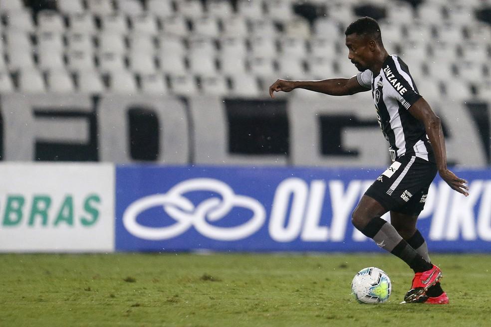 Essa foi uma das últimas vezes que Kalou encostou na bola em jogo oficial com a camisa do Botafogo — Foto: Vitor Silva/Botafogo