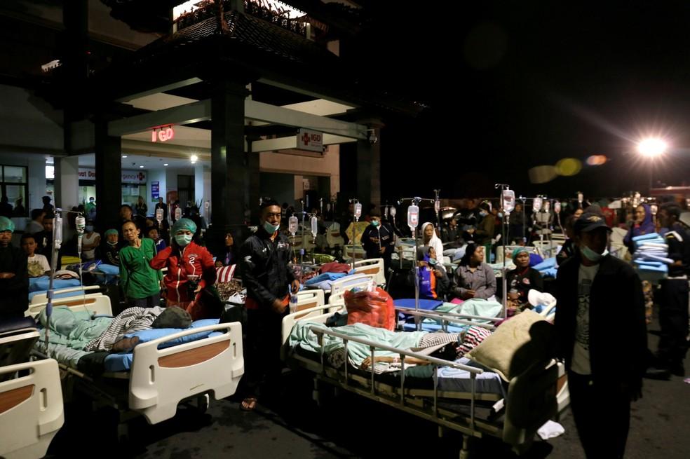 Pacientes são colocados fora de hospital após tremor que atingiu a ilha de Lombok, na Indonésia, neste domingo (5) (Foto: Johannes P. Christo/Reuters)