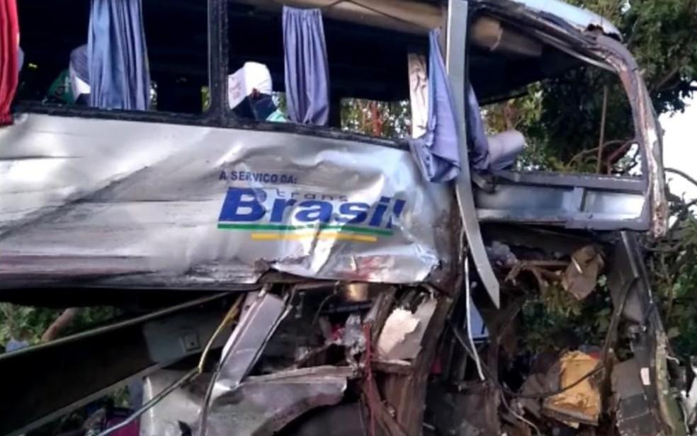 Acidente entre ônibus e caminhão deixa três mortos na BR-153, próximo a Porangatu, Goiás — Foto: Marcos Carvalho/TV Anhanguera