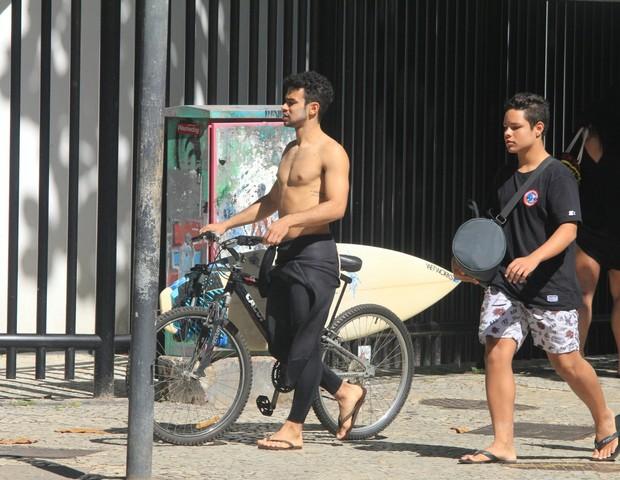Sérgio Malheiros sem camisa circulando por Ipanema (Foto: Agnews)