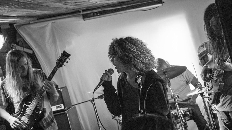 Os músicos da banda de metal canadense Witchrot durante um show (Foto: Facebook)