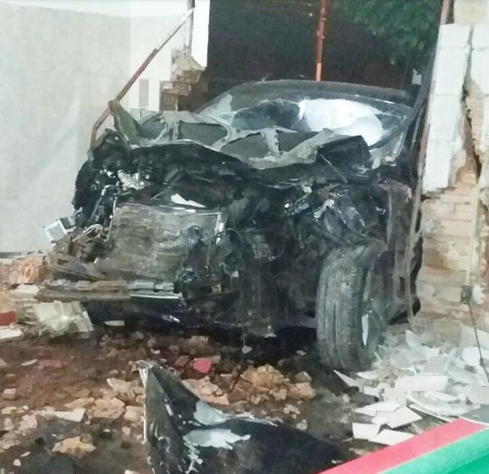 Parte da parede do bar, em Marília, foi derrubada com o impacto  (Foto: Marília Urgente / Divulgação )