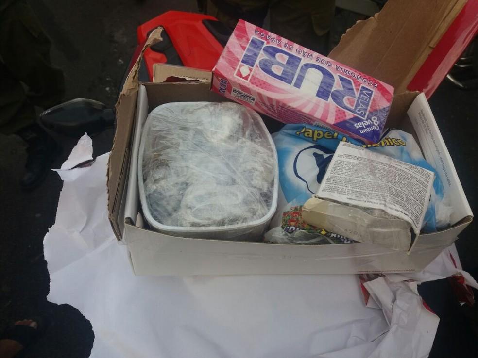 Drogas estavam escondidas dentro de caixa de 'presente' (Foto: Polícia Militar de Oriximiná/Divulgação)