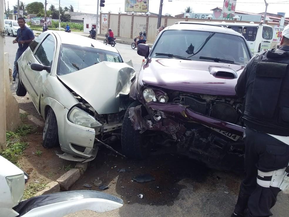 Acidente aconteceu na manhã desta sexta-feira (8) no cruzamento das avenidas Moema Tinoco e João Medeiros Filho — Foto: Mauricio Filho