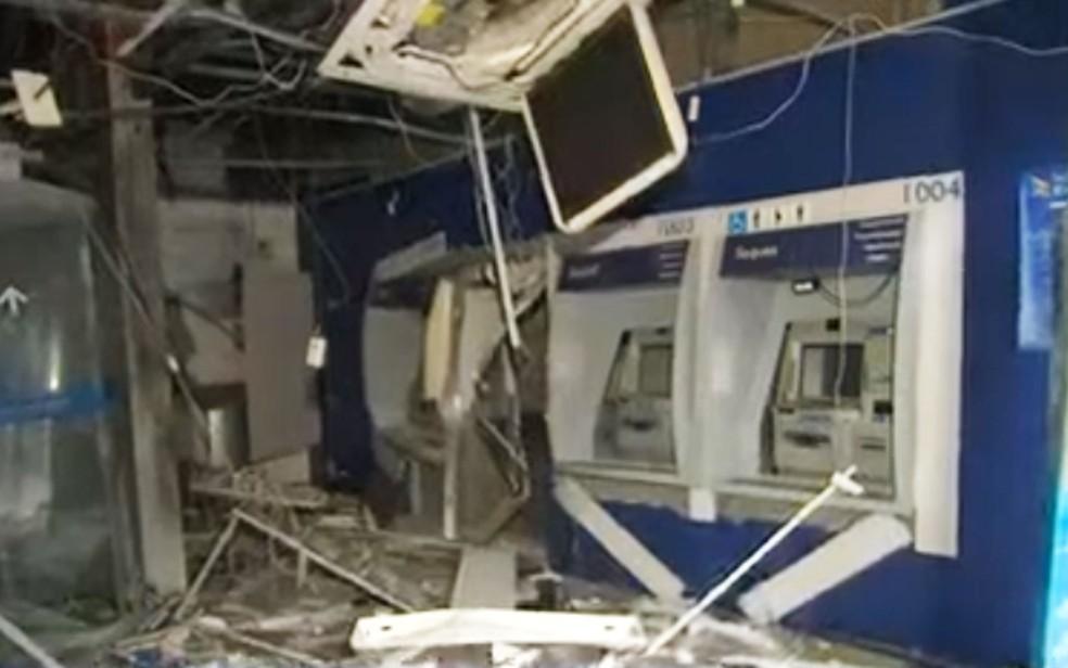 Grupo explode caixas e agência bancária fica destruída em Salvador — Foto: Reprodução/TV Bahia