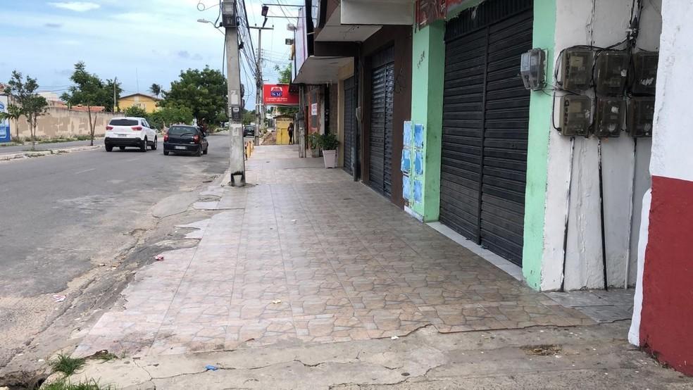 Lojas na Avenida Edílson Brasil Soares, em Fortaleza, estão fechadas após ameaça de criminosos — Foto: Paulo Sadat/SVM