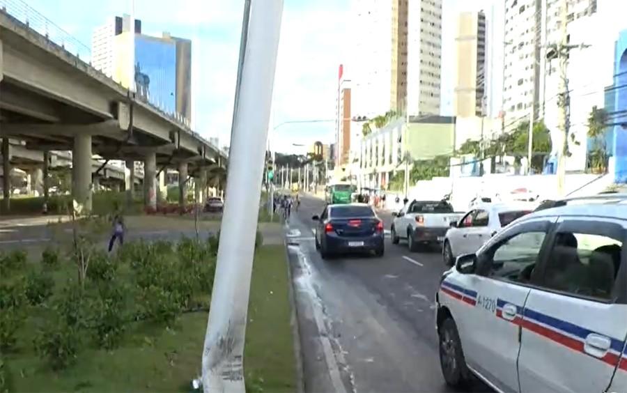 Poste fica torto após ser atingido por carro em via marginal da Avenida ACM