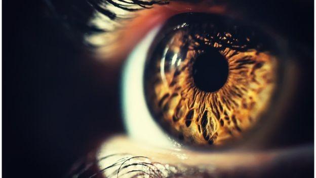 As pupilas se dilatam e se contraem em sincronia quando uma pessoa olha no olho de outra (Foto: BATKE/GETTY IMAGES via BBC)