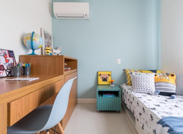 QUARTO DE CRIANÇA   Os móveis já estavam presentes no antigo apartamento da família. A única alteração foi a pintura de meia parede e instalação do ar-condicionado. Roupas de cama da Sheepy (Foto: Julia Herman/ Divulgação)