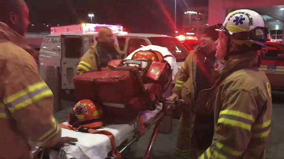 Equipe de socorro chega para atender passageiros de voo que sofreu turbulência, deixando 30 pessoas feridas — Foto: WNBC-TV News 4 New York via AP
