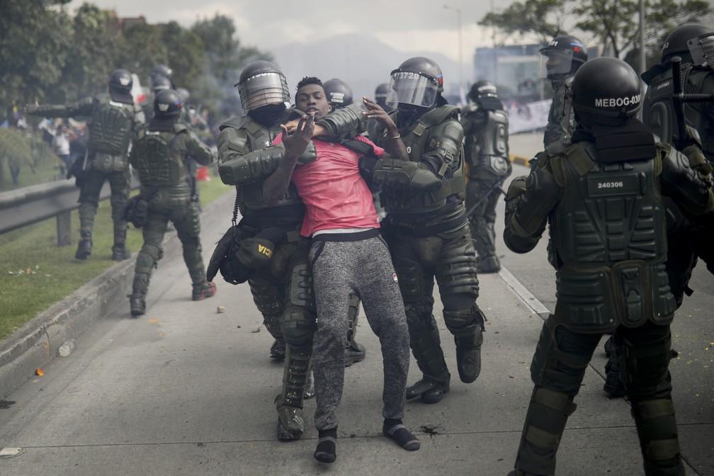 Polícia detém manifestante durante confusão em protesto em Bogotá, na Colômbia, nesta quinta-feira (21) — Foto: Ivan Valencia/AP Photo