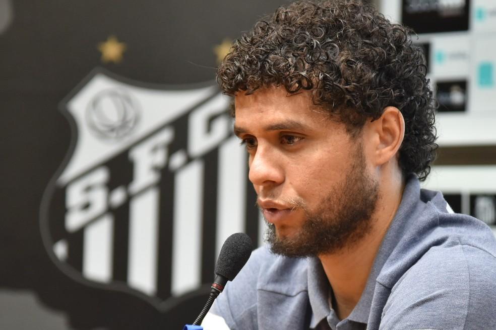 Victor Ferraz concedeu entrevista coletiva nesta quarta-feira, na Vila Belmiro — Foto: Ivan Storti/Santos FC