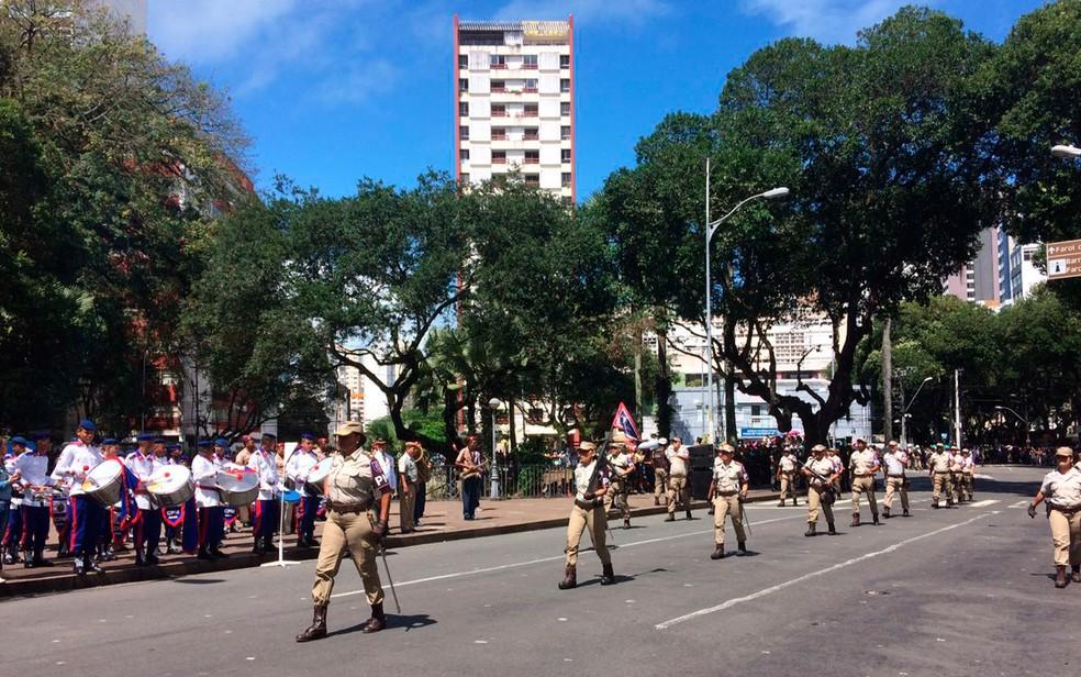 Policiais militares desfilam no cortejo (Foto: Henrique Mendes/G1)