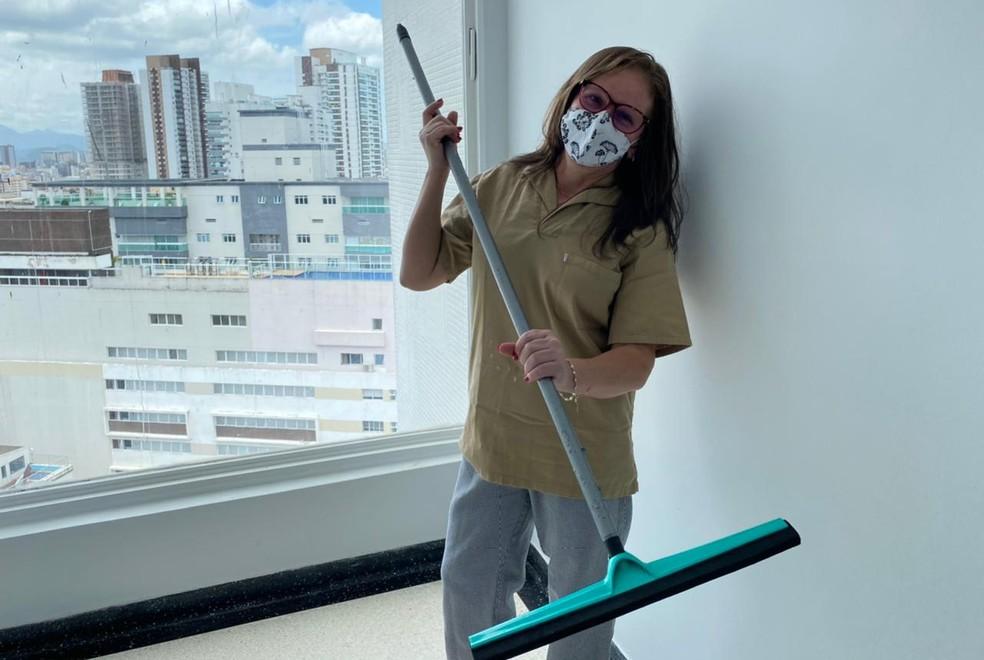Marlene trabalha como faxineira em um prédio em Santos — Foto: Thiago D'Almeida/G1