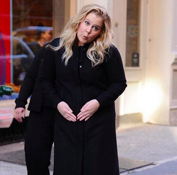 A atriz Amy Schumer fazendo graça com sua gravidez (Foto: Instagram)