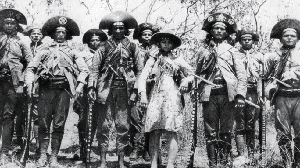 Perícia pedida por historiador deu mais detalhes sobre morte de Lampião (terceiro da esq. para a dir.) — Foto: Divulgação/GESP/BBC