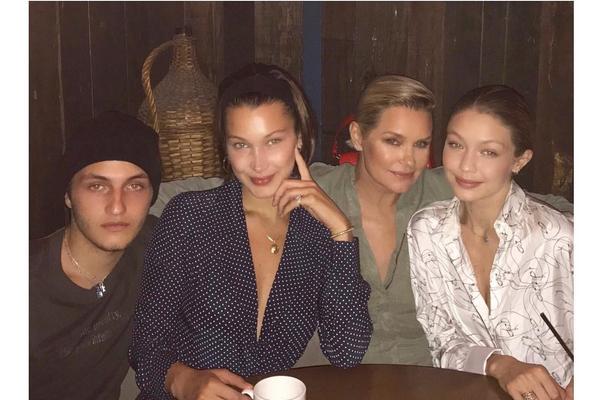 A celebridade Yolanda Hadid com os filhos: Anwar Hadid, Bella Hadid e Gigi Hadid (Foto: Instagram)