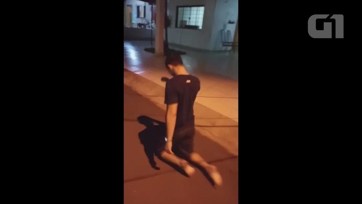 Filho sobe rua de joelhos para cumprir promessa feita caso o pai sobrevivesse à Covid na UTI em RO; assista