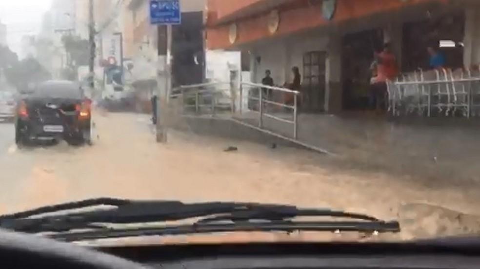 Rua Mauro Ramos, em Florianópolis, alagada nesta quinta-feira — Foto: Charles Deucher/NSC TV