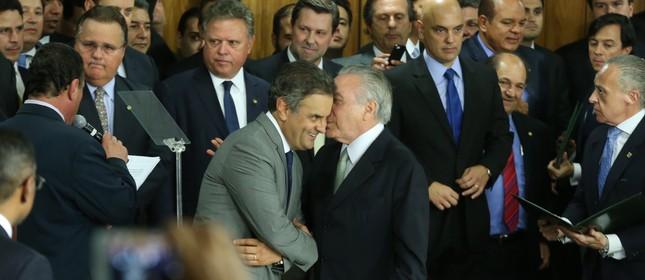 Michel Temer e Aécio Neves durante a posse da equipe ministerial do novo governo