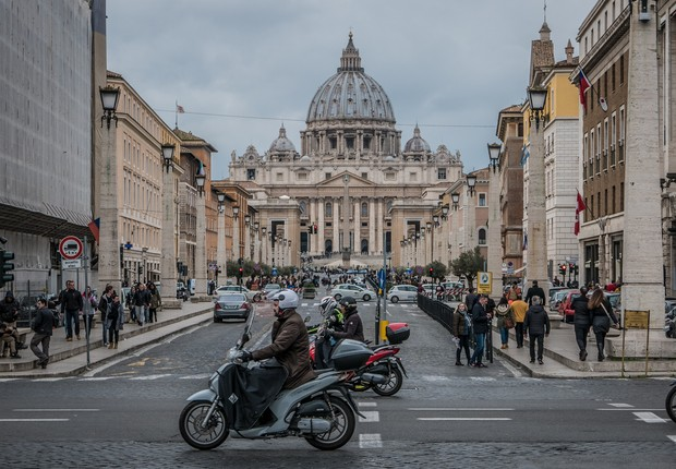 Trânsito próximo à Basílica de Saint Peter, na Itália (Foto: Pexels)