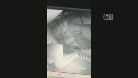 Câmera flagra suspeito invadindo casa para filmar mulher durante banho em Capivari; VÍDEO