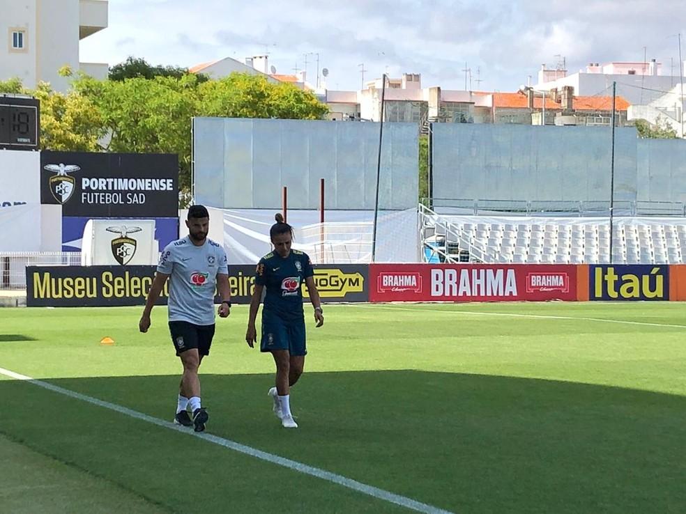 Marta ao lado do preparador físico da seleção brasileira feminina no campo de treino em Portimão — Foto: Amanda Kestelman/GloboEsporte.com