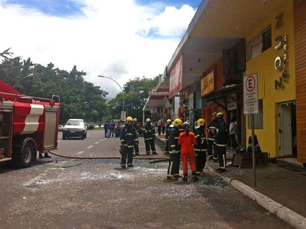 Bombeiros em frente a restaurante na quadra 405 Sul, em Brasília, onde houve uma explosão na manhã desta segunda-feira (25) (Foto: Luciana Amaral/G1)