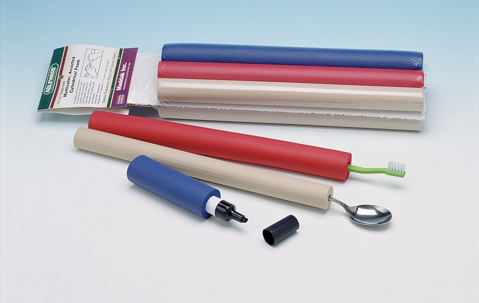 Tubos de espuma tornam mais fácil o manuseio de talheres, canetas ou escovas de dente (Foto: HDIS.com/Divulgação)