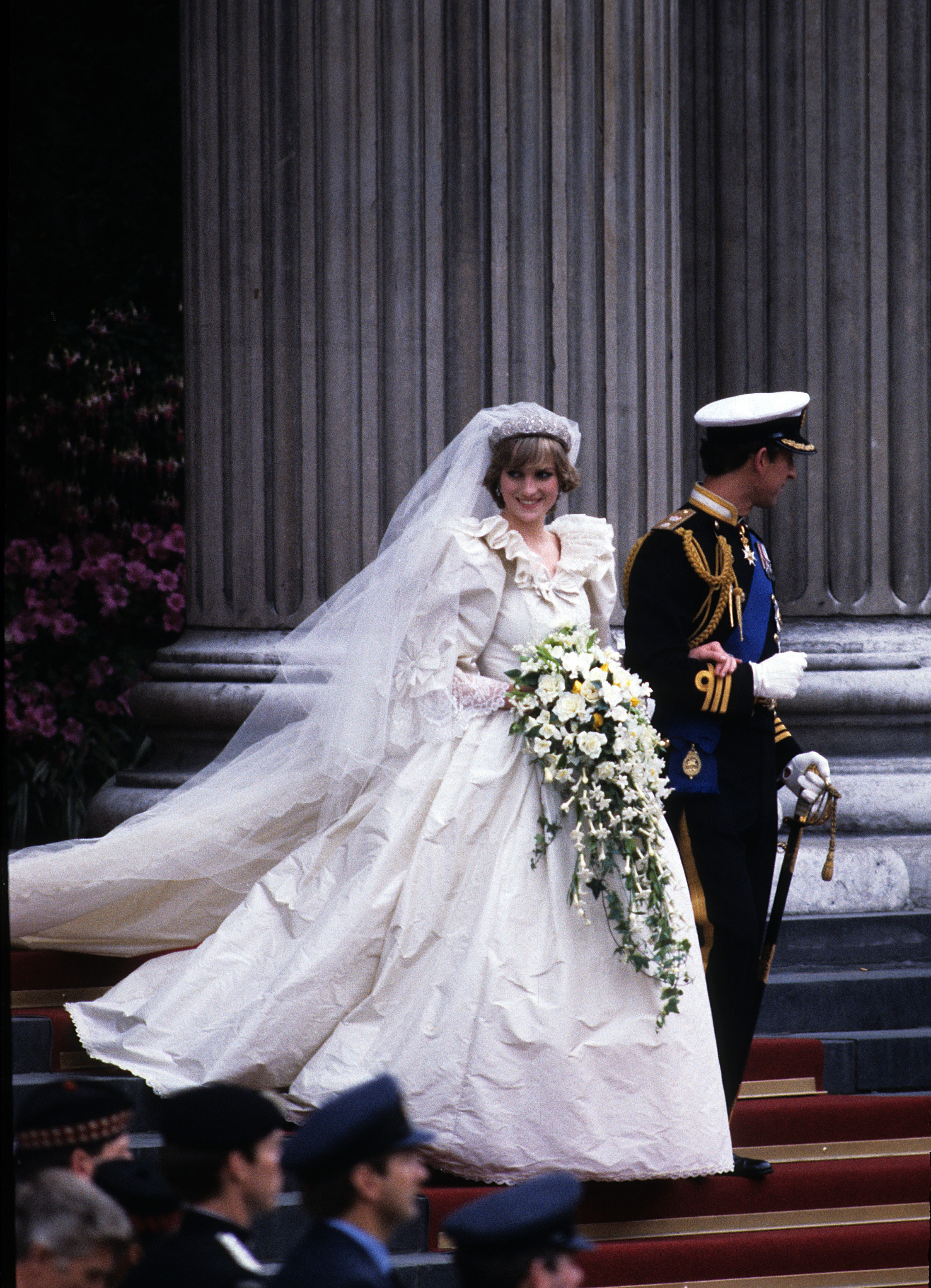 LONDON, ENGLAND - JULY 29: Prince Charles, Prince of Wales and Diana, Princess of Wales, wearing a wedding dress designed by David and Elizabeth Emanuel and the Spencer family Tiara, leave St. Paul's Cathedral following their wedding on July 29, 1981 in L (Foto: Getty Images)