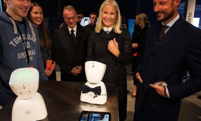 O príncipe e a princesa da Noruega prestigiam eventos de novas tecnologias como a  Semana de Inovação de Oslo