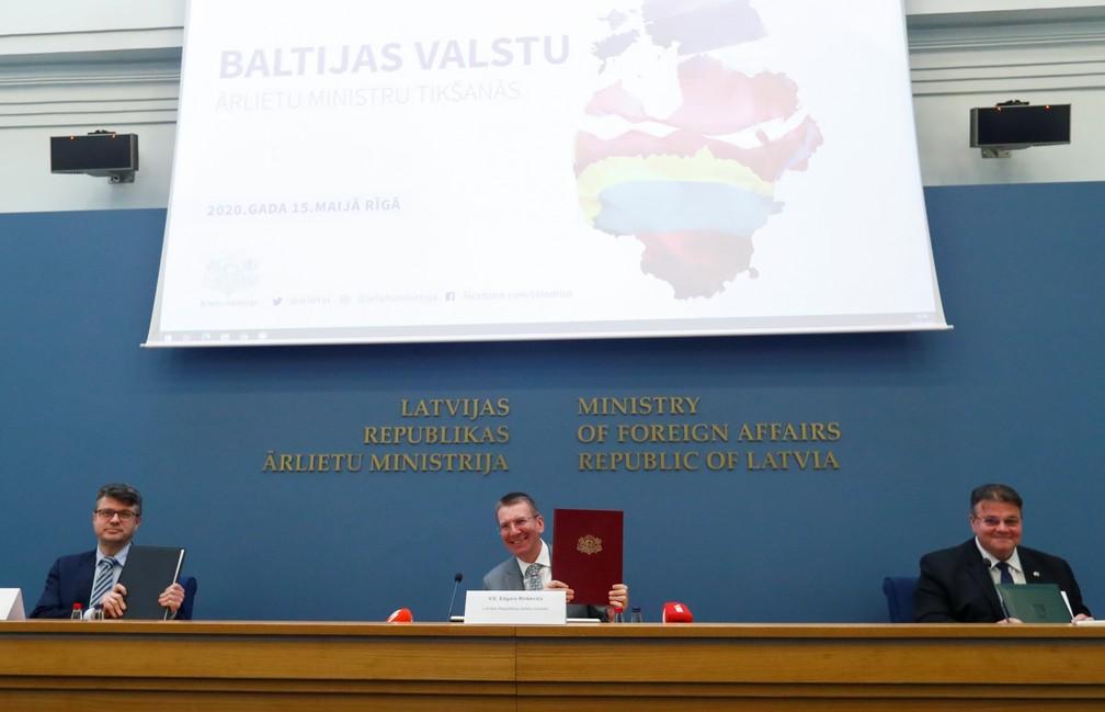 Chanceleres de Estônia, Letônia e Lituânia assinam memorando sobre reabertura de fronteiras nesta sexta-feira (15) em Riga — Foto: Ints Kalnins/Reuters